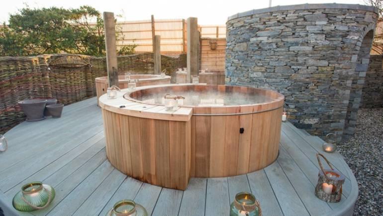 Una vasca idromassaggio da esterno in legno, per dare un tocco diverso al vostro giardino o terrazza.